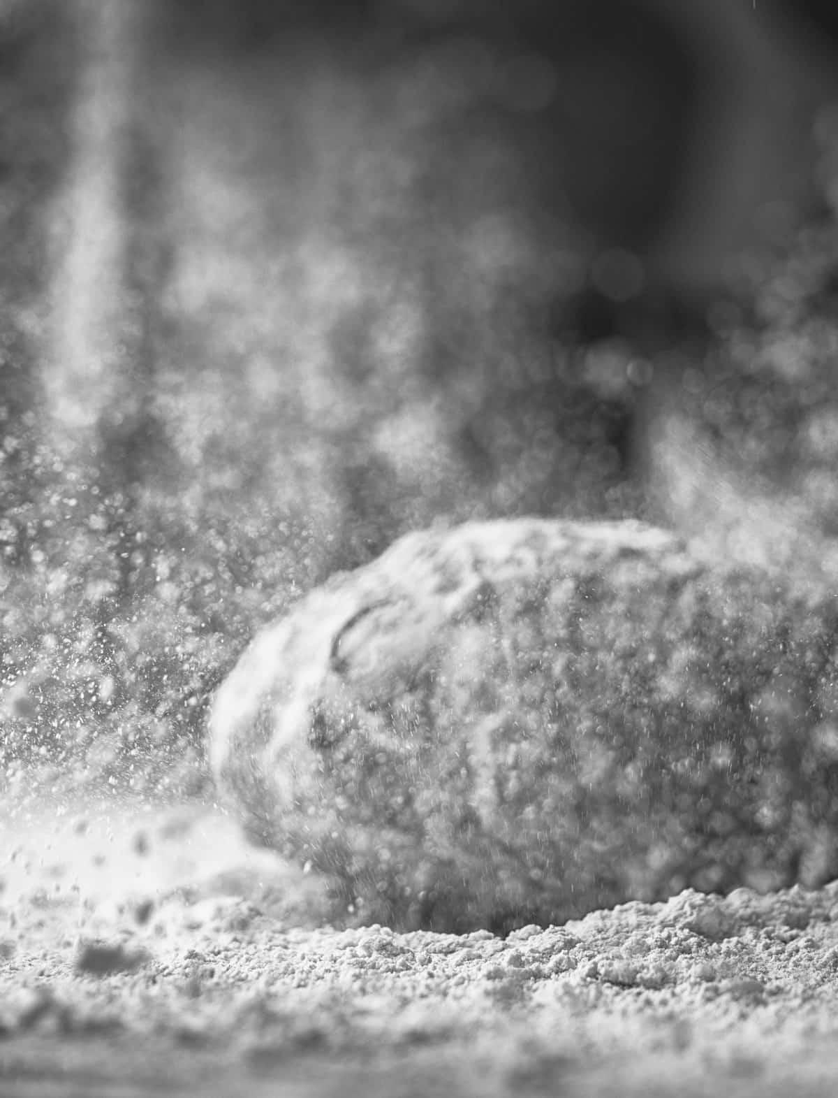 Brot in Mehlstaub, schwarz-weiß